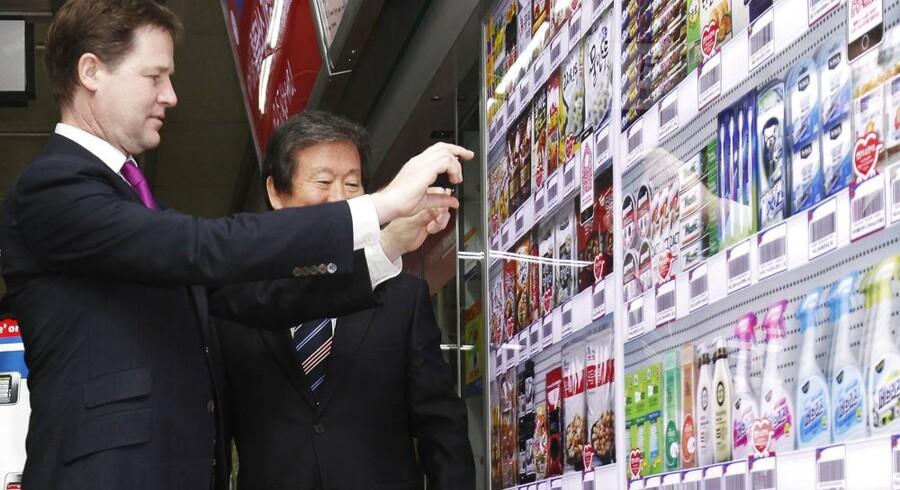 Sidste år blev det virtuelle indkøbscenter lanceret i en metrostation i Seoul og det har vist sig at være en stor succes. Selv Storbritanniens vicepremierminister Nick Clegg kunne ikke dy sig for at teste teknologien ved et besøg i marts.