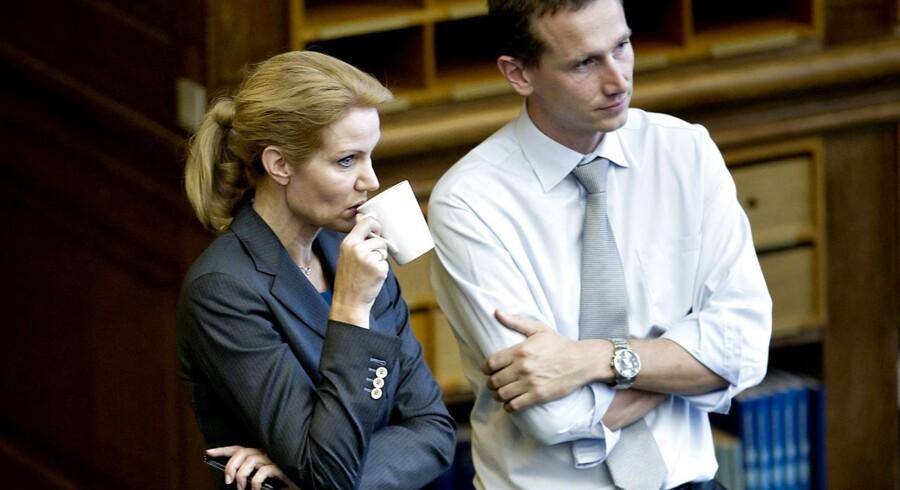 Helle Thorning-Schmidt og Kristian Jensen taler sammen i en kaffepause i folketingssalen.