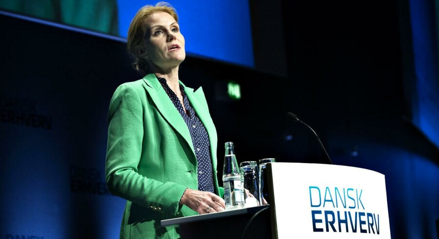Dansk Erhvervs Årsmøde 2013. Statsminister, Helle Thorning-Schmidt, holder tale, iført en, meget diplomatisk, grøn jakke.