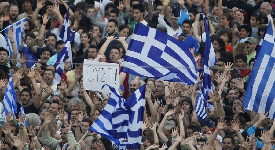 Demonstranter i Grækenland protesterer mod regeringens nedskæringer. Men der er flere dårlige nyheder på vej til grækerne.
