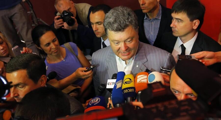 Proeuropæeren og mangemilliardæren Petro Porosjenko vandt en overvældende sejr ved søndagens præsidentvalg i Ukraine. Med 54 procent af stemmerne slog ukrainerne fast, at de anser Porosjenko for at være manden, der bedst kan samle landet. Samtidig er han også en politiker, som kan forhandle både med Rusland og om en nedtrapning af konflikten i den østlige del af landet.