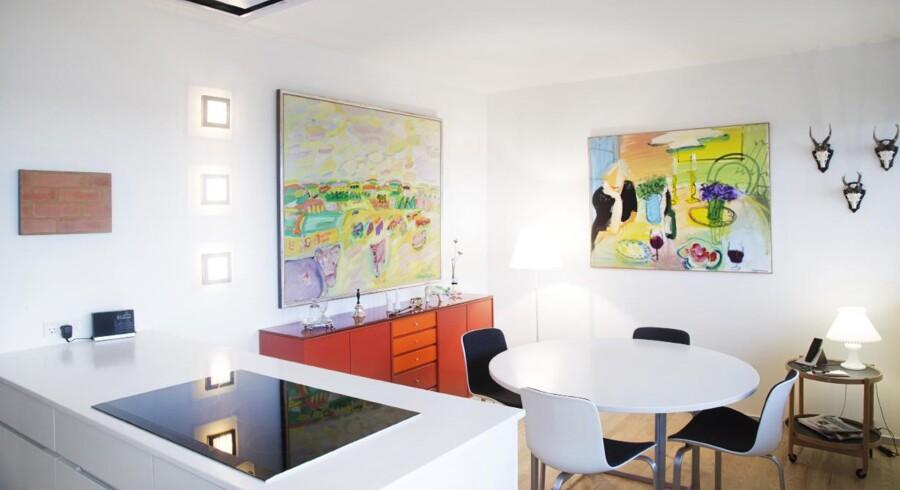 Ægteparret er særligt glade for spisebordet og stolene, som er designet af Poul Kjærholm. Som et kuriosum blev den trebenede stol først sat i produktion i 2007, da enken Hanne Kjærholm – ved et tilfælde – havde fundet prototypen frem til en udstilling. Den blev herefter sat i produktion og passer perfekt til spisebordet. Den røde Montana-skænk har ægteparret tilført orange skuffer, så den matcher maleriet.
