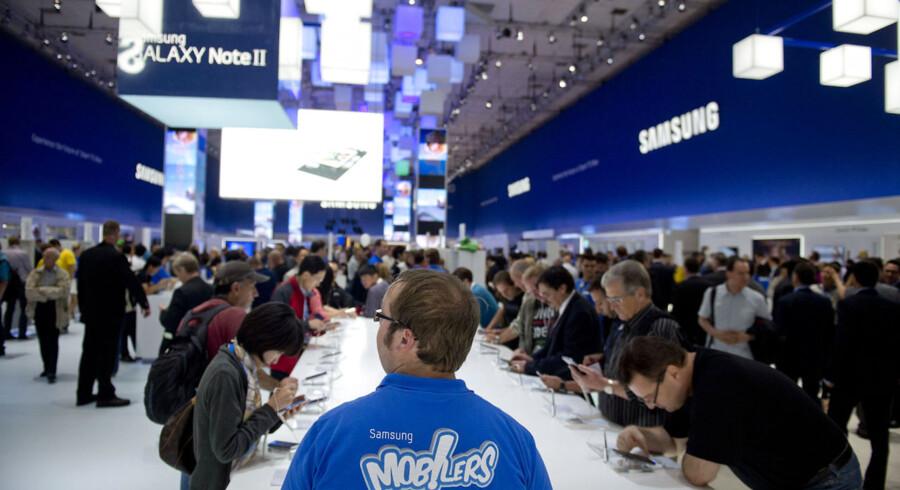 Samsungs stand på IFA var befolket af folk i blåt tøj