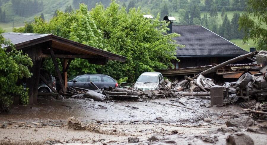 I Østrig, Tyskland og Tjekkiet er hæren blevet sat ind for at hjælpe i redningsarbejdet efter rekordhøje regnmængder i flere områder. Her ses oversvømmelser i Högmoos 100 km syd for Salzburg i Østrig.