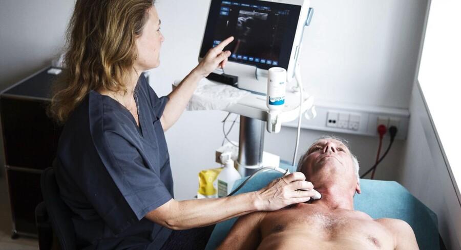 Kim Harder får scannet sine halspulsårer af overlæge Marie-Louise Grønholdt. Foto: Kasper Palsnov