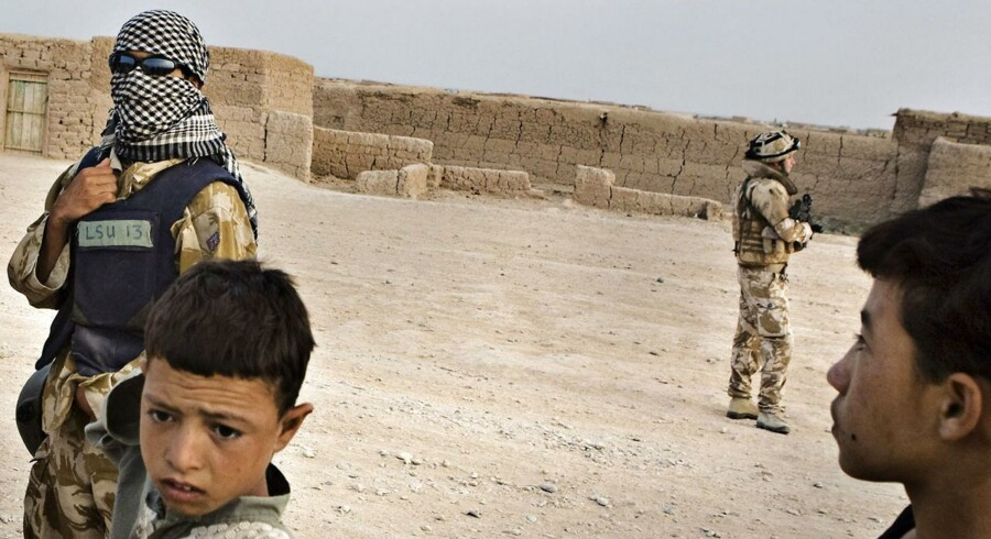 ARKIVFOTO 2008 af afghansk tolk, der skjuler sig bag tørklæde og solbriller.