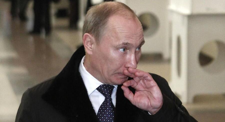 Ruslands premierminister kunne i går se sit parti Forenet Rusland gå voldsomt tilbage ved valget til parlamentet. Hans parti bevarer dog flertallet i Dumaen.
