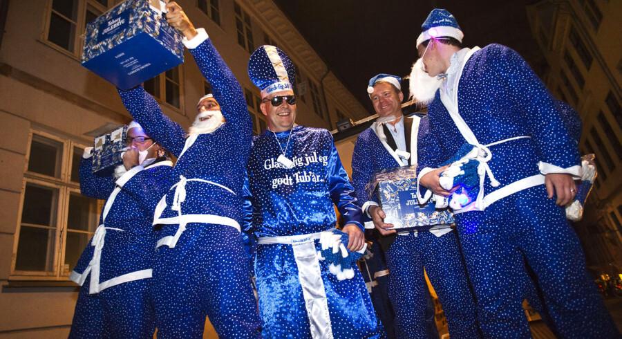 J - Dag. Dagen, hvor julebryggen fra Tuborg lander. Bryggen satte gang i stemningen. Her bliver den leveret til Heidi's Bier Bar og Cafe Guldhornene i Vestergade i København kl. 20.59.