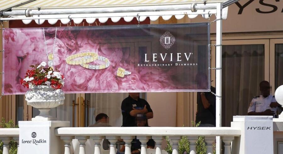 Storrøveren Zoran Tomovic blev sat i forbindelse med det største smykkekup i Frankrigs historie, da en mand den 28. juli røvede diamantsmykker for 777 mio. kr. i den eksklusive smykkeforretning i Hotel Carlton International på La Croisette i Cannes. Her er politiet i gang med undersøgelser after kuppet.