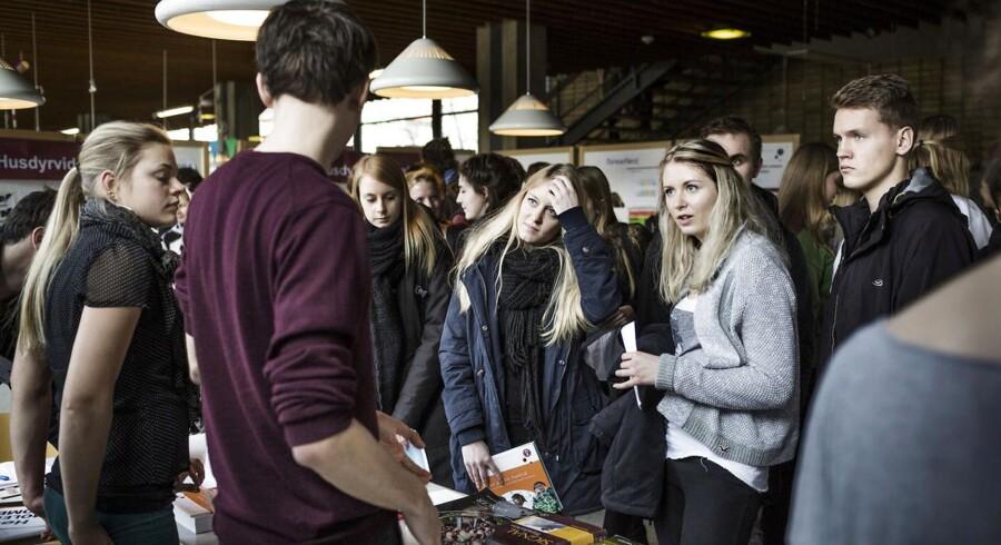 ARKIVFOTO. Når de danske studerende som disse på Københavns Universitet skal pege på, hvad der gør en virksomhed attraktiv, er virksomhedens kultur, kolleger og jobindhold vigtigere end virksomhedsimage og høj løn.