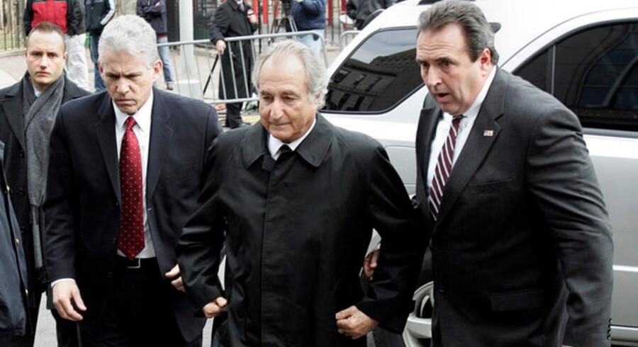 Madoff ses her i midten af billedet.