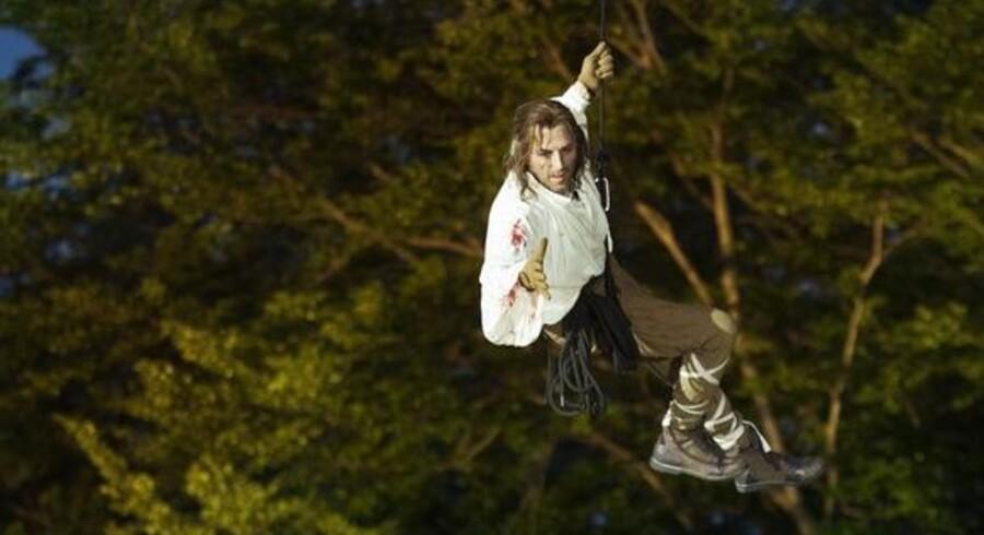 """Mikael Birkkjærs titelfigur i frit svæv i Det Kongelige Teaters actionprægede """"Robin Hood""""."""