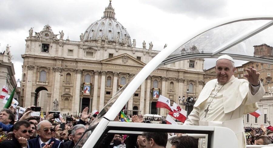 Pave Frans blev mødt af tiljublende fremmødte på Peterspladsen i Rom, da han viste sig i forbindelse med dagens helgenkåringen af de afdøde paver Johannes Paul den 2., der var pave fra 1978 til 2005 og Johannes den 23., der var den katolske kirkes overhoved fra 1958 til 1963.