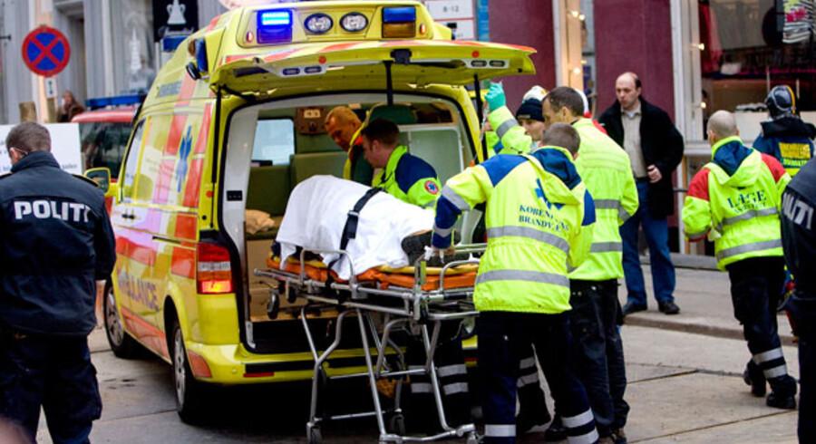 Rockeren Brian Sandberg bliver  kørt væk efter han blev skudt som en del af bandekrigen.