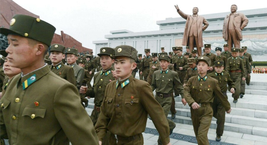 Nordkoreanske soldater ved bronzestuerne af Nordkoreas grundlægger Kim Il-Sung og den afdøde leder kim Jong-Il i Pyongyang.