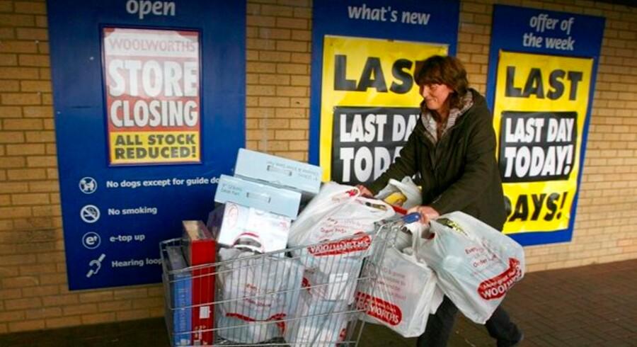Butiksdøden truer i Storbritannien efter at faldende forbrug og finanskrise har drevet en række butikker til lukning. Blandt andet Woolworths kæden måtte lukke ned, hvilket denne kunde udnyttede til lidt storshopping.