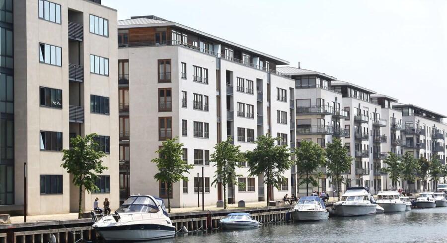 Drømmen om at købe en en lækker bolig lever hos mange. Men det bliver dyrere for danskerne at låne penge til den, fordi Moody's har reduceret kreditvurderingen af danske realkredit- institutter.