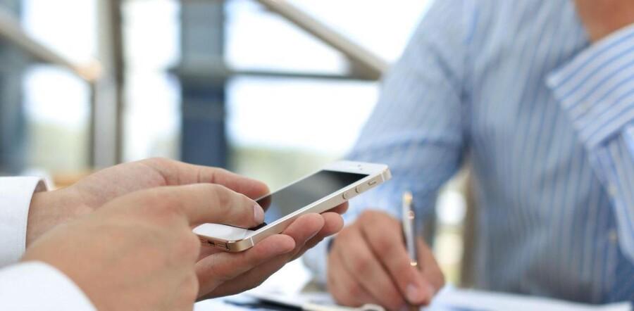 Det er svært at holde fingrene væk fra mobilen under møder med virksomheder, viser en ny rundspørge.