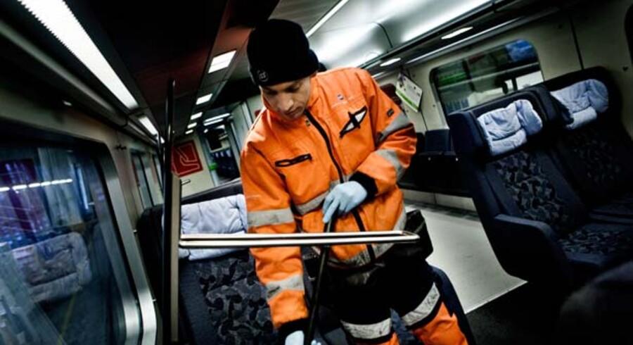 På to år er ISS gået fra at have en sur, rød smiley for arbejdsmiljøet til en grøn krone-smiley og en langt mindre personaleomsætning. Midlet har bl.a. været bedre arbejdsredskaber til ansatte som Alaa Nourldeen, der har været ansat et år i ISS Trafik og Bane, hvor han rengør togene ved Dybbølsbro Station.