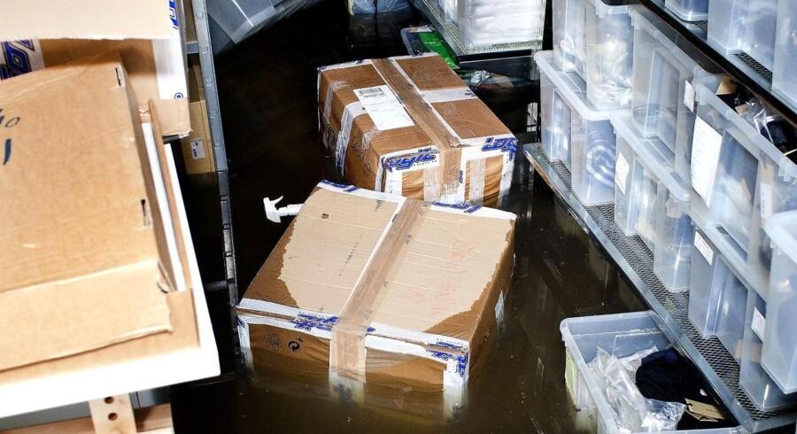 150 mm regn på bare to timer fik kloakkerne til at løbe over, og mange veje og kældre blev oversvømmet. Her er det kælderen i tøjbutikken Flying A i Pilestræde.
