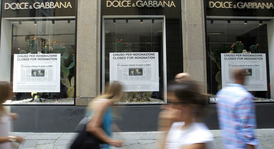 De ni Dolce & Gabbana-butikker i Milano har været lukket weekenden over. Det er angiveligt designernes protest over Milanos borgmester, der har forbudt designerparret at sælge deres tøj i det offentlige rum.