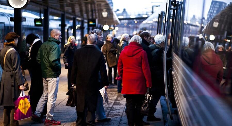 ARKIVFOTO. Helsingørmotorvejen er lukket, og derfor forbereder DSB sig på, at pendlerne skifter bilen ud med toget.(Foto: Jonas Vandall Ørtvig/Scanpix 2012)