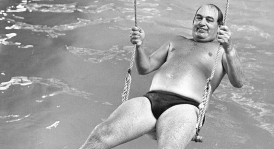 Mogens Glistrup i gyngen i swimmingpoolen - han var en utrættelig forkæmper for lavere skat. Det kostede ham personligt en tur i fængsel.
