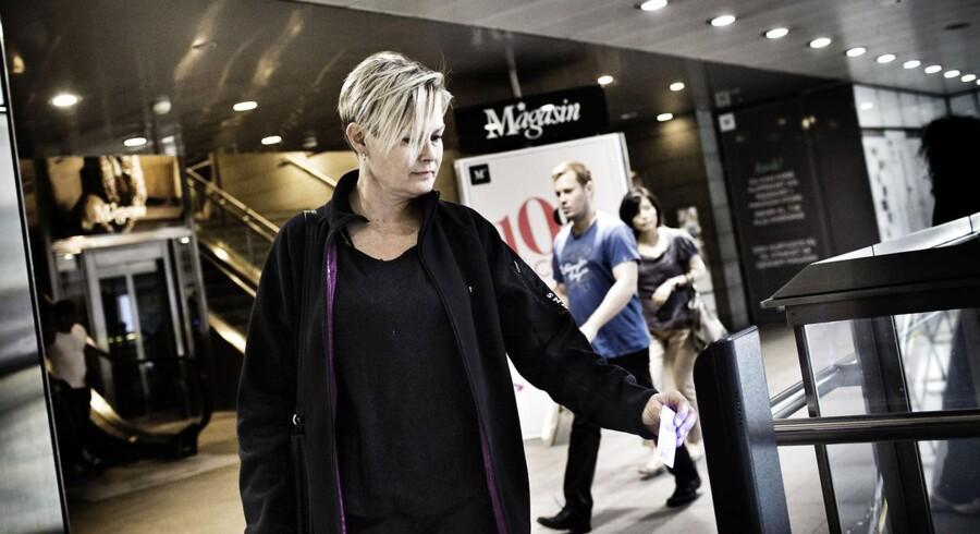Passagerer får frataget Rejsekortet, hvis de glemmer at tjekke ud mere end tre gange på et år. Her bruger Marianne Mose sit Rejsekort på Kgs. Nytorv Metrostation..