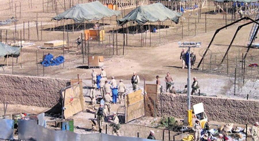 2002: Amerikanske soldater fragter fanger i blå kedeldragter ind i fangelejren i Kandahar i Afghanistan. Senere påstår en militærtolk, at danske jægersoldater har overgivet fanger til amerikanerne velvidende om, at de udleverede dem til tortur. Sagen er endnu ikke færdig. Så sent som onsdag 5. oktober blev en dansk psykolog af retten tvunget til at fortælle, hvad hendes klient - tolken - fortalte hende om torturepisoderne i Kandahar i al fortrolighed.