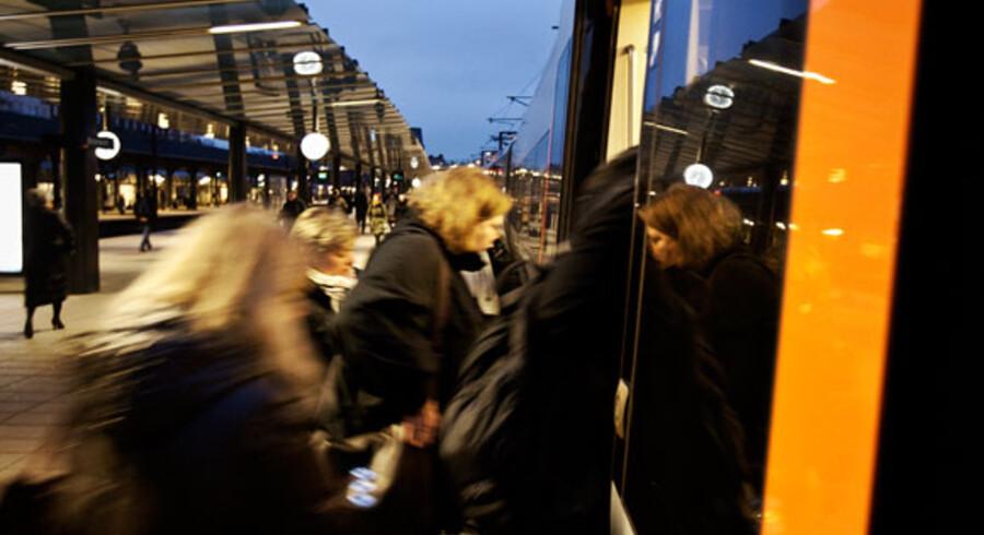 Pendlerne på Kystbanen kan se frem til at skulle stå tæt i togene i rum tid fremover, fordi DSB Øresund har flere togsæt ude af drift, end de har lov til.