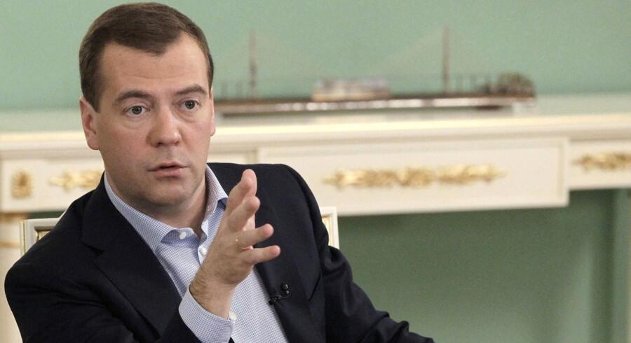 Den russiske præsident, Dmitrij Medvedev, skruer bissen på over for de ansatte i Ruslands rumfartsindustri.