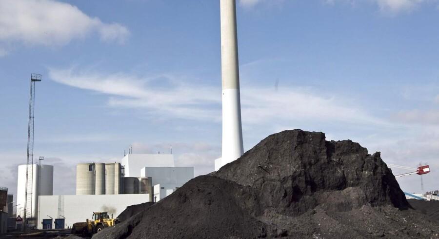 Europæiske industrivirksomheder betaler i gennemsnit 20 procent mere for elektricitet end kinesiske inklusiv skatter og afgifter. Her ses Studstrupværket ved Århus, der bruger bruger olie og kul til produktion af el og fjernvarme.