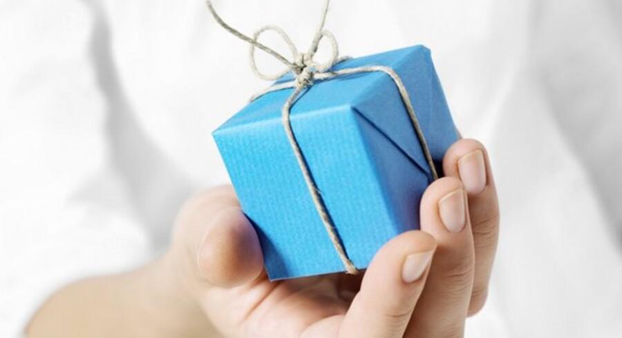 Tingsgaver til jul og nytår er skattefri, hvis de koster under 700 kroner - men rejser og andre private gaver fra arbejdsgiveren skal beskattes.