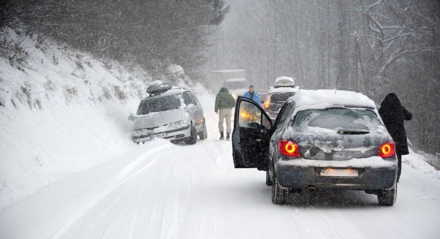 En bil i sneen på vejen til skisportsstedet Les Saisies i Savoie.