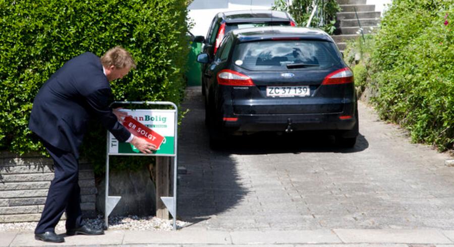 """Selv om mægleren kan sætte """"Solgt""""-skiltet foran boligen, er handlen først rigtigt afsluttet, når skødet er tinglyst."""