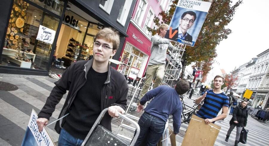 VU'ere hænger valgplakater op for Venstres Bünyamin Simsek i Aarhus.