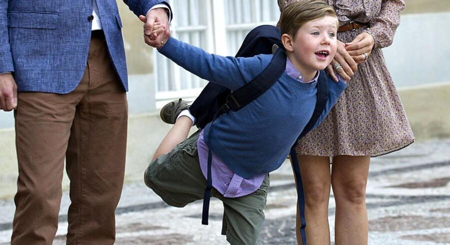Se, jeg kan stå på et ben! Prins Christian laver opvisning for den fremmødte presse. Han starter i dag i 0. klasse på Tranegårdskolen i Hellerup.