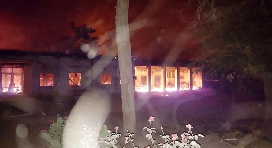 ET billede udleveret af Læger Uden Grænser (MSF) viser det brændende hospital i Kunduz efter bombeangrebet.