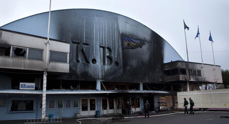 Torsdag den 29. september og dagen derpå efter K.B Hallen brændte ned. Der er stadig varme og røgudvikling. (Foto: Morten Germund/Scanpix 2011)