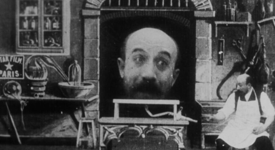 Scene fra Georges Méliès første film, L'Homme à la tête en caoutchouc (Manden med gummihovedet), hvor instruktøren legede med effekterne og pustede sit eget hoved op.