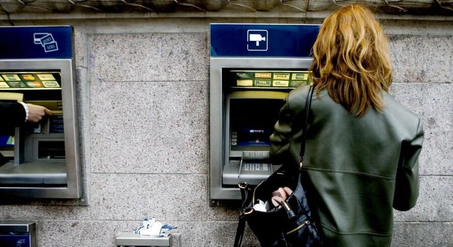 ARKIVFOTO. Du kan sagtens hæve penge over julen, men hvis du bruger automaterne til at overføre penge med efter i dag, går de først ind på modtagers konto den 27. december.
