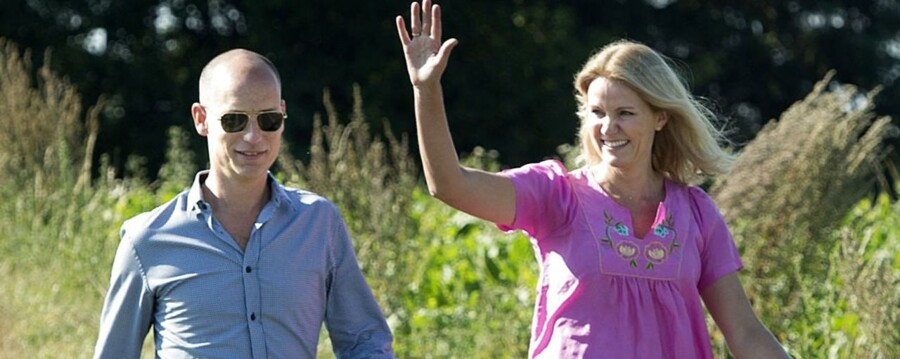 ARKIVFOTO. Statsminister Helle Thorning-Schmidt og gemalen Stephen Kinnock på Bogø tidligere i år.
