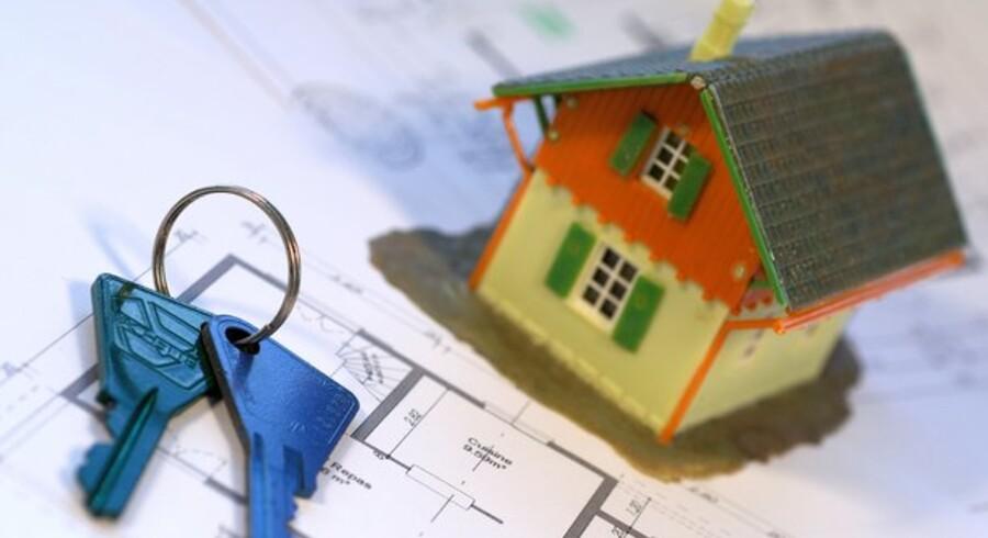 Både mæglere og advokater kan skrive skøder ved hushandler. Med den kommende elektroniske tinglysning frygter advokaterne, at mæglerne vil tage en større bid af den kage.