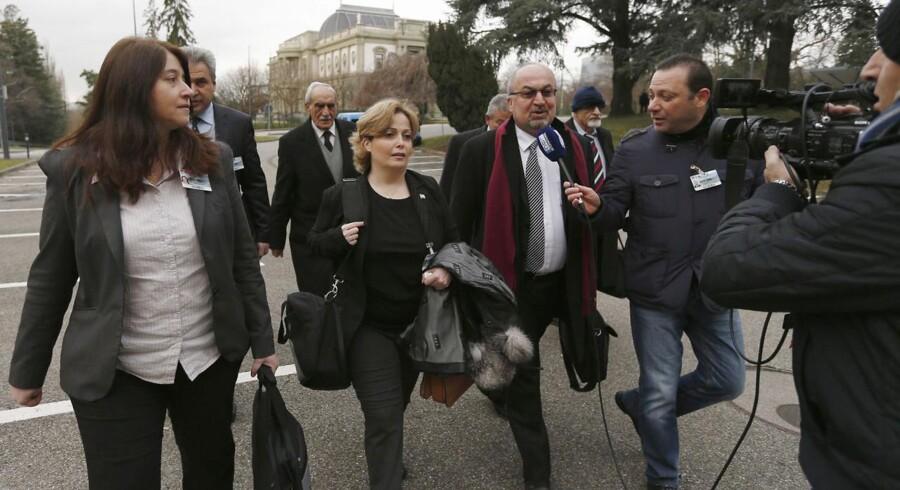 Medlemmer af den syriske oppositions delegation taler med journalister i Geneve på vej til mødet med den syriske regerings delegation.