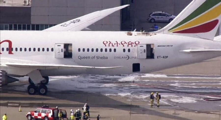 Her ses Ethiopian Airlines' Dreamliner med de brandskader, den fik, mens den var parkeret i London-lufthavnen Heathrow fredag.
