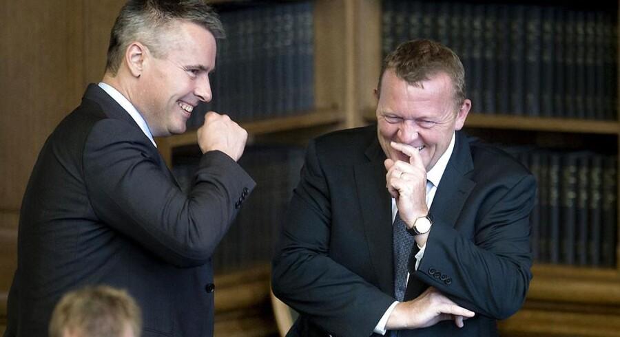 Lars Røkke og Henrik Sass Larsen morer sig sammen under Folketingets åbningsdebat, hvor politikerne stiller lige så mange spørgsmål til hinanden på de sociale medier, som de gør i folketingssalen. Især på Twitter er der godt gang i diskussionerne - og drillerierne.