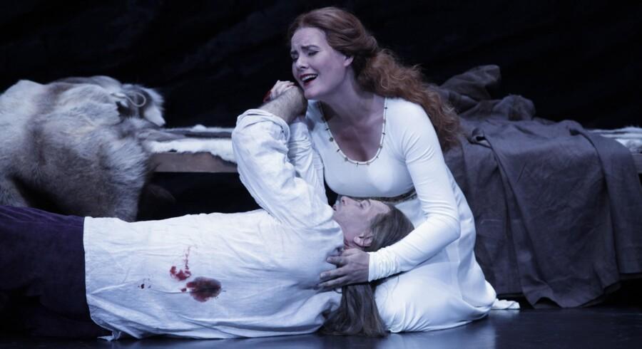 Robert Gambill som Tristan og Ann Petersen som Isolde på Den Jyske Opera. Ridderen er død og får en sidste sang af sin elskede prinsesse.