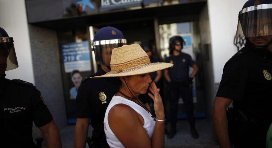 Besættelse af banker er en del af de protester, som spaniere iscenesætter for at vise deres utilfredshed med den økonomiske krise. Spændingerne mellem nord og syd på det politiske plan tager også til.