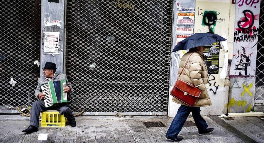 Grækenland er endnu engang sat under hårdt pres af Trojkaen for at klemme statsbudgetterne fladere sammen.