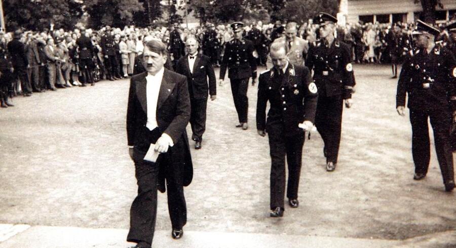 Hitler, fint påklædt, på vej til Wagner-koncert.